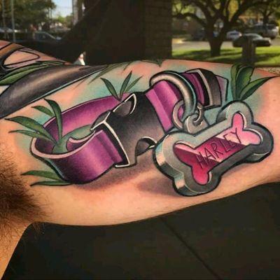 Dog tribute by Tim Stafford #tattoodo #TattoodoApp #tattoodoBR #cachorro #dog #coleira #dogtag #tradicional #colorida #colorful #TimStafford