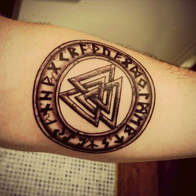 #New #Newtattoo #Viking #Nordic #Valknut #Runes #Runestattoo #Nordicrunes #Thor #Odin #Loki #Jobarttattoo #forearm #blackwork #mythologie