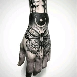 Hand tattoo by Francesc Llorens #tattoodo #TattoodoApp #tattoodoBR #pretoecinza #blackandgrey #borboleta #butterfly #FrancescLlorens