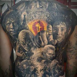 Lord Of The Rings backpiece by El Mago Tattoo #tattoodo #TattoodoApp #tattoodoBR #tatuagem #tattoo #TheLordOfTheRings #senhordosaneis #realismo #realism #pretoecinza #blackandgrey #nerd #geek #filme #movie #ElMagoTattoo