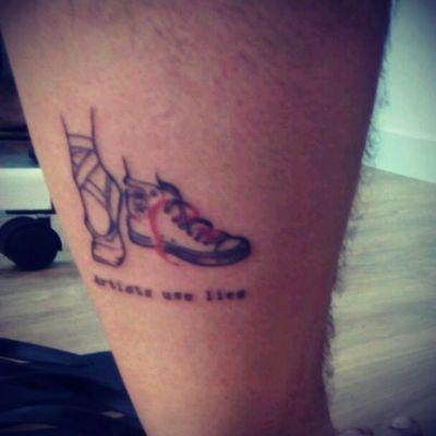 Artists use lies... #dance #hiphop #ballet #shoes #zapatillas #converse #vforvendetta #redthread #vdevendetta #hilorojo