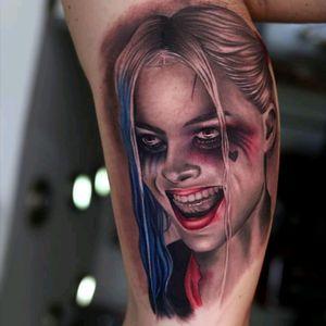 Harley Quinn by Christos Galiropoulos #tattoodo #TattoodoApp #tattoodoBR #tatuagem #tattoo #realismo #realism #colorido #colorful #HarleyQuinn #arlequina #MargotRobbie #suicidesquad #esquadrãoSuicida #nerd #geek #comics #hq #quadrinhos #ChristosGaliropoulos #filmes #movies