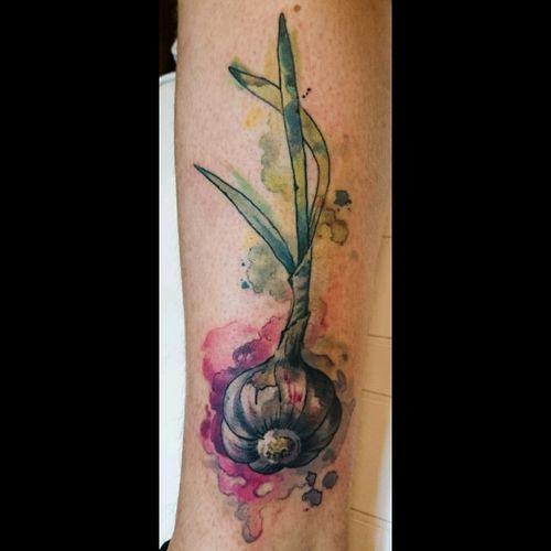 #tattoosnancy #nancytattooer #nancytattoos #amsterdamtattoo #tattoodo #watercolor #watercolortattoo #beauty #art #arttattoo #tattooart #equilattera #tattrx #garlic #foodtattoo