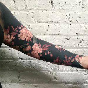 Blackout by Esther Garcia #tattoodo #TattoodoApp #tattoodoBR #tatuagem #tattoo #Blackout #flores #flowers #EstherGarcia