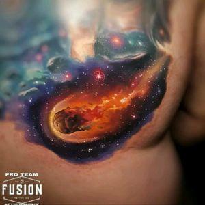 By Tyler Malek #tattoodo #TattoodoApp #tattoodoBR #tatuagem #tattoo #galaxia #galaxy #meteoro #meteor #planetas #planets #colorida #colorful #TylerMalek