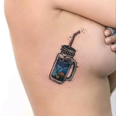 By Rob Carvalho #tattoodo #TattoodoApp #tattoodoBR #tatuagem #tattoo #universo #universe #galaxia #galaxy #planetas #planets #colorida #colorful #garrafa #bottle #RobCarvalho #canudo #straw