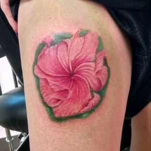 Hibiscus flower. #hibiscus #flower #flowertattoo #floral #naturetattoo #legtattoo #girlswithtattoos #tattooedgirls #hibiscustattoo