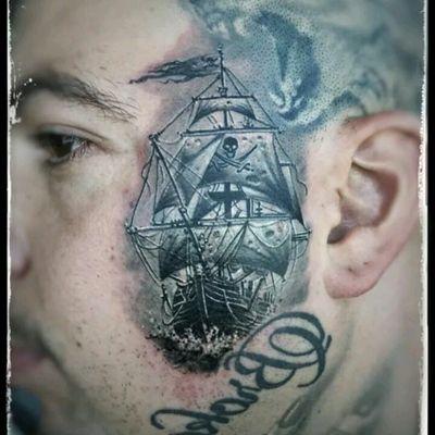 By Feio Artwork. #tattoodo #TattoodoApp #tattoodoBR #tatuagem #tattoo #barco #ship #pirata #pirate #mar #sea #minitattoo #pretoecinza #blackandgrey #FeioArtwork