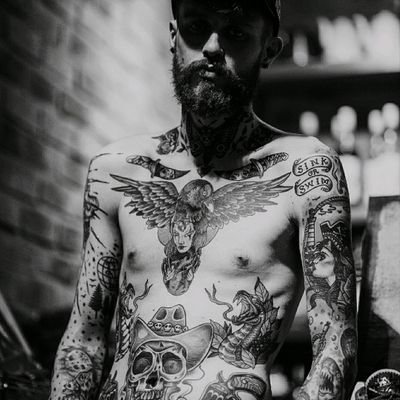 Full body shoot , still working on my ribs 😧😧😧 Follow me on Instagram 1tombrennan Artist @siho_tattooist at @Inkholic #model #traditional #neotraditional #blackAndWhite #raven #skull #guns #fullbody #oldschool #oldschooltattoo #skulltattoo