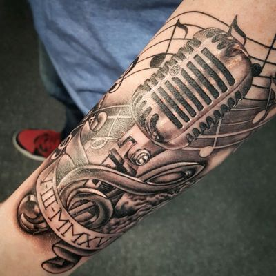 The classic one microphone black and gray realism. Tattoo artist 👉@alexandrerodrigues_t2 #blackandgreytattoo #realism #MicrophoneTattoo #music #tattoooftheday