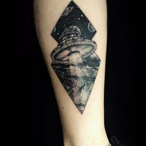 #ufo #ET #abduction #tattoo #tatuadorasbrasileiras #tattoobr #ufotattoo #darkartists #blackink #inked #blackworktattoo #femaletattooartist #ovnitattoo