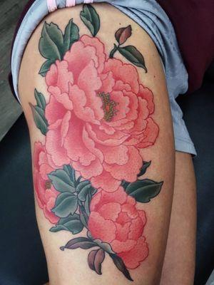 Peony thigh #botan #botantattoo #peony #peonytattoo #peonies #peoniestattoo #flowertattoo #amsterdamtattoo #japanestattoo #irezumi #horimono #rotterdamtattoo #bontenblauw #amsterdamtattoo #tattoooftheday #colortattoo #flowertattoo