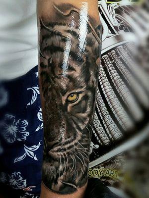 #tattoooftheday #tigertattoo #eyestattoo #blackandgreytattoo #realistictattoo #coverup