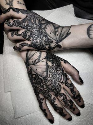 #blackwork#handtattoos#customdesign#darkness#tatt#tattoos#filigree#filigreedesign#freehand#fingertattoos#handtattoo#blackworkerstattoo#blackworkerssubmission#black#blackink#darkartists#ttt#tttism#tttpublishing#ink#hands#elegance#fkirons#bw#blackwork