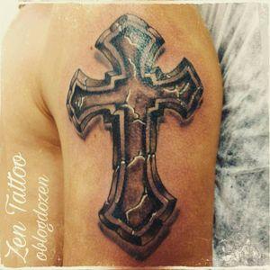 Zen Tattoo - Cruz de pedra. #zentattoo #oblogdozen #mrrock #cruz #cross #pedra #stone #eletricink #everlastcolors #tattoolovers #instattoo #inked #tattoo #tatuagem #tatuaje