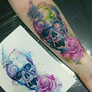 Releitura feita do trabalho do @francisco_lim 💜 fiz o desenho usando a referência de uma tatuagem do mesmo.  Estúdio Oca Tattoo  Av. Invernada 1923, Valinhos/SP (19 991293606 @marcellaarg_ #watercolortattoos #wcw #watercolor #tattooaquarela #tatuagemaquarelada #tatuagemaquarela #tattoo #amandabarroso #ocatattoo #skull