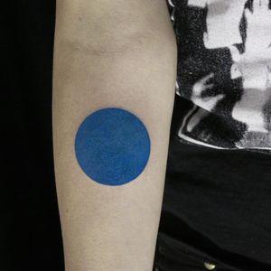 #circle #tattoo #abstracttattoo #geometry #geometrictattoos #berlintattoo #armtattoo #inkedgirls #taot #tttism #minimal #bodyartmag #blue #colortattoo #inked #simple