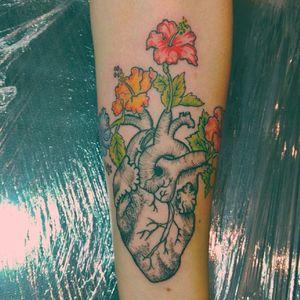 ♥️ #hearttattoo #hibiscustattoo #inkedgirlsdoitbetter #girlswithtattoo #inkedgirls #heart #hibiscus