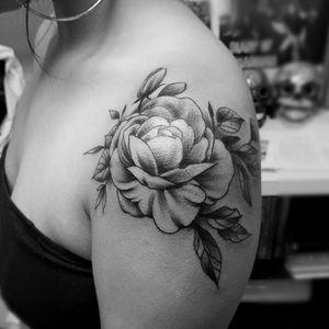 #tattoooftheday #flower #rose #tattoosforwomen #blackandgreytattoo #blackwork #blackandgrey #organic #tattoosforwomen