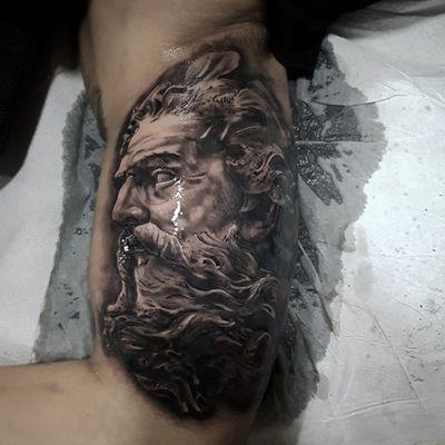 Poseidon!Espero que os mole y lo disfrutéis tanto como nosotros! Para citas o consultas por MD o al WhatsApp 603570116 #tattoo #tattoos #tat #ink #inked #malagatattoo #tattooed #tattoist #coverup #art #design #instaart #instagood #sleevetattoo #twinstattoo #chesttattoo #photooftheday #tatted #instatattoo #bodyart #tatts #tats #amazingink #tattedup #inkedup #poseidon #realistictattoo #blackandgreytattoo #sculpture #tattoosocial
