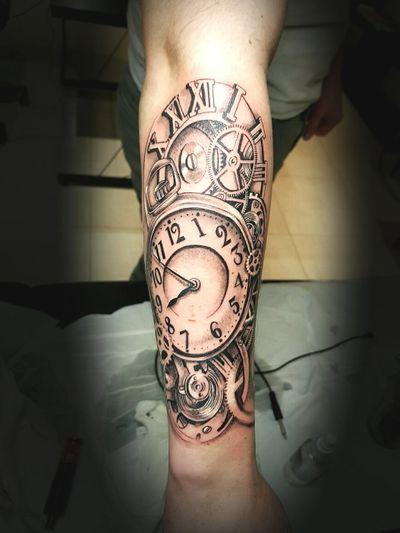 time watch tattoo black and gray by Thedoud #tattoo#realistictattooartist#tattoorealista #tattoogirls #inkedgirl #inkedart #thedoud #tattoolifemagazine #inklife #inked#tatto_videos#propen #paulocruzes #thedoud#florals#tattoofloral#tattoolifemagazine#inkedgirls#tattoogirl#girlytattoo#rose#roses#balckandwhitetattoo#blackwork#tattoorose#womantattoo#tattoogirl#girly#blackworkersubmissions#inkmemagazine#gousset#pocketwatch#pocketwatchtattoo