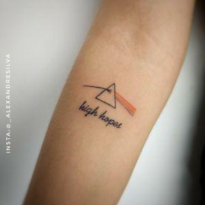 #tattoo feita na @pleasurefernanda 🎸🎼🎙️🎧 Valeu pela confiança 😉  Capa do Disco The Dark Side of The Moon @pinkfloyd + frase #highthopes . . #tatuagem #music #pinkfloyd #drawing #art #instagood #friend #tagsforlike #love #beautiful #happy #cute #follow #photooftheday #followme