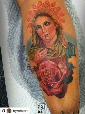 Virgen María by Byron Zuñiga  #royalpaintattoo #fullcolortattoo #realismtattoo #virgentattoo #eternalink #intenzeink #byronzuñiga #guatemalatattoo