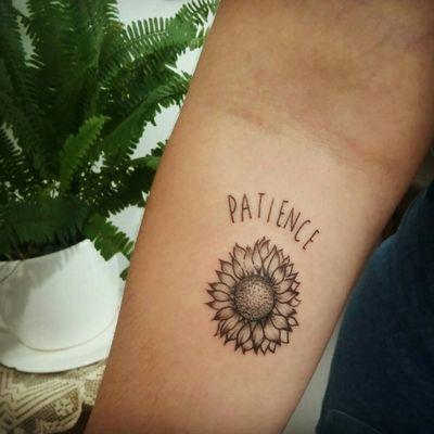 A beleza da flor que flexiona-se em busca do sol, na rotina diária da procura pelo que é belo e ilumina. #sunflower #girassol #tournesol #girasole #Sonnenblume #patience #paciencia #geduld #pazienza #natural #natürlich #naturale #naturel #fleur #fiore #flor #flower #tattoo #tatouage #tattoo #tatuagem #tatuaje #tatuaggio #tattoodo #tattoo2me #aurorabeatriz #luttiink #arte #theartoftattoo #saopaulo #brazil
