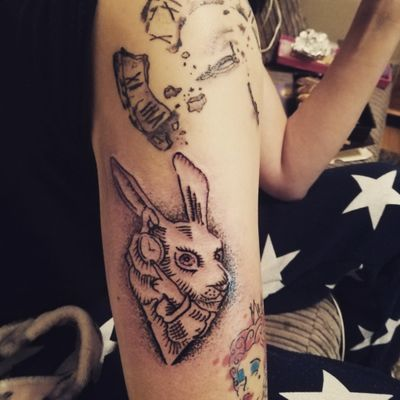 #abstract #sketchstyle #sketchtattoo#sketch #aliceinwonderlandtattoo #aliceinwonderland #cheshirecat#cheshirecattattoo #rabbit #WhiteRabbit #imlateforaveryimportantdate #girlswithtattoos #girlswithink #womenwithtattoos#womenwithink