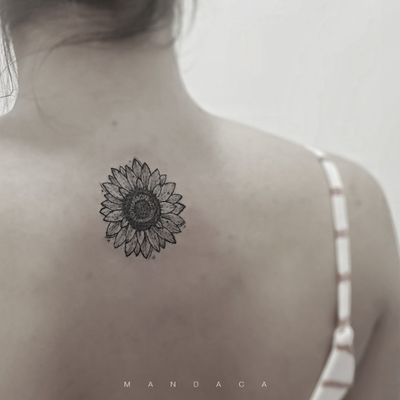#sunflower #GirassolTattoo #blackwork #linestattoo #delicatetattoo #feminine #mandaca