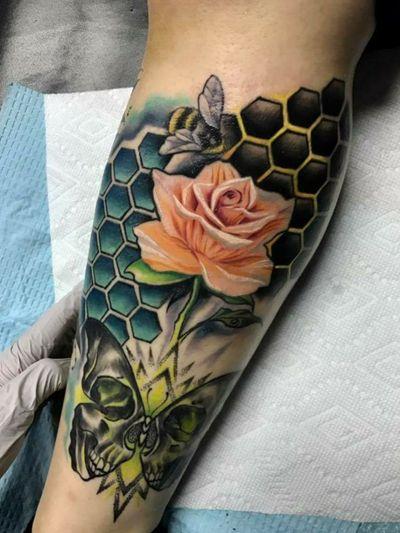 Buzzz 🐝 #bee #deathmoth #flower #honeycomb #albuquerque #newmexicoartist #color