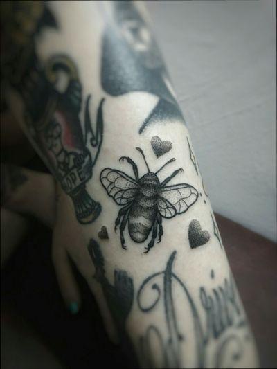 Bee Tattoo and Hearts #bee #abeja #hearts #corazones #corazon #dot #puntillismo #dotworktattoo #blackandgreytattoo #blackink #tattooaprentice #blackworkerssubmission