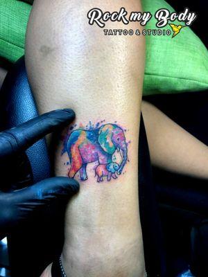 El amor de una mamá plasmado en este bello diseño de hoy... #elephanttattoo #elephants #elefantetattoo #elefante #inkedmom