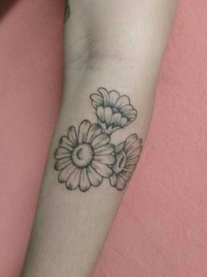 Tatuagem delicada de flores, #flowerstattoo #flowers #inkedgirls #tatuagem #tatuagemdelicadas #Linework