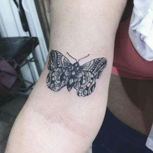 Tattoo Borboleta no estilo #dotworktattoo #Blackwork #tatuagensdelicadas #tatuagemfeminina