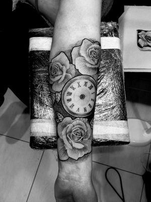 #rose #roses #watchtattoo #watch #rosetattoo #clocktattoo #dot #dotwork #dotworktattoo #whipshading #whip #blackandgreytattoo