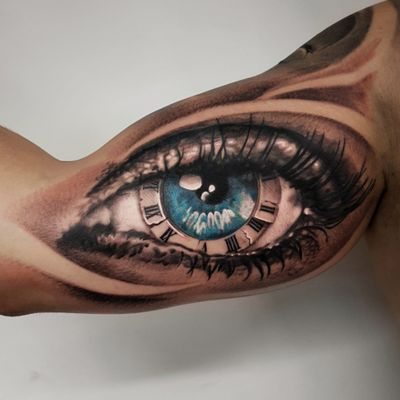 Realistic eye #eye #eyetattoo #realistic #realism #realismtattoo #blackandgray #fullsleeve #clock #clocktattoo #hyperrealistic #Tattoodo