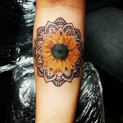 #mandalatattoo #mandalas#mandala #sunflowertattoo #sunflower #mandalaflower #cutetattoosforgirls #barberdts #eternalink #killerinktattoosupplies #staplehill #studio #bristol#bristolartist #carlanorley #smokinink