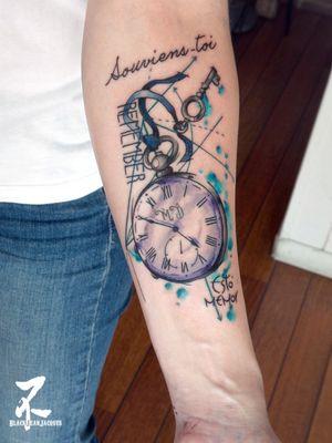 Une compo graphique typo et montre à gousset pour le 1er tattoo de Tiffany. Petit projet ET cliente très sympa. Merci à toi 😁⏳🕔👌 #pocketwatchtattoo #pocketwatch #vintagewatch #watchtattoo #remember #souvienstoi #estomemor #graphictattoo #graphic #graphicdesign #font #lettering #creative #colortattoo #forearmtattoo #time #quote #timetattoo #zeldablackjeanjacques #zeldabjj #inked #inkedgirls #girlswithtattoos #tattooart #tattooartist #tatouage #tatts #watercolor #watercolortattoo