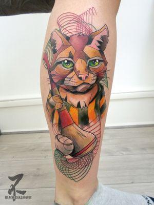 """🐱 Un """"Kilkenny cat"""" désigne un combattant particulièrement tenace : tout comme ma cliente qui a tenu la réalisation de ce tattoo en 1 session! 👏👏👏 Merci à ma cliente et son amie d'être venues de Toulouse, et pour les bons moments passés ensemble... Revenez boire des bières et faire les touristes en Alsace quand vous voulez 🍻 #kilkenny #cat #kilkennycat #badasscat #mascot #hurling #hurlingplayer #irlande #ireland #ireland🍀 #mascotte #geometric #spirograph #colmartattoo #zeldabjj #zeldablackjeanjacques #tattooartist #tattooart #graphictattoo #tattoolife #tattoosnob #tattoomagazine #colortattoo #legtattoo #cattattoo #inklovers #catlovers #inked #inkedup"""