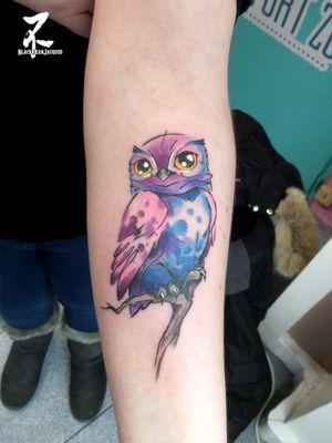 🦉Petite chouette choupi cartoon pour ma cliente fidèle ET sage, avec l'aquarelle qui ne déborde pas pour cette fois 😂fait à FUNHOUSE - Tattoo Piercing #owl #owllover #owlsome #cute #cuteness #cartoon #littleowl #cartoon #cartoonstyle #weloveowls #colmartattoo #tattooartist #zeldabjj #zeldablackjeanjacques #tatts #womantattoos #colortattoo #chouette #owltattoo #cartoontattoos #newschooltattoo #newschool #inked #inkedup #inkedgirls #tattooart #tattoos #tatouage #birdtattoos