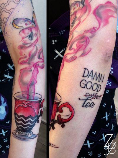 Le tatouage Twin Peaks ! Qui fera la commande de la femme à la bûche ? #twinpeakstattoo #twinpeaks #cupoftea #tea #gooddamncoffee #coffee #cupofcoffee #teatattoo #coffeetattoo #zeldabjj #zeldablackjeanjacques #colmartattoo #colmar #alsacetattoo #tattoodesign #tattooartist #tattooart #tattoolife #tatouage #ink #inked #inklife #bodyart #tattooedgirl #neotradeu #neotrad #neotraditionaltattoo #neotradtattoo #neotradstyle #neotradsub