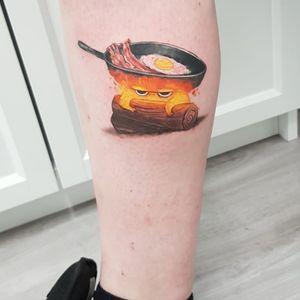 #calcifer #castelloerrantedihowl #studioghiblitattoo #studioghibli #colortattoo #leg #egg #bacon #howlsmovingcastletattoo #mayallyourbaconburn