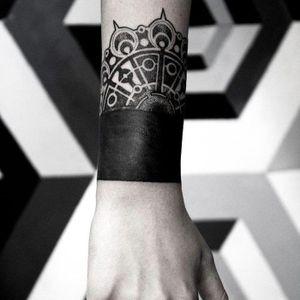 #dotwork #blackwork #halfmandala #armband #bracelet #Tattrx