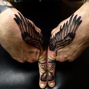 #blackwork #dotwork #wings #hourglass #finger #RafelDelalande
