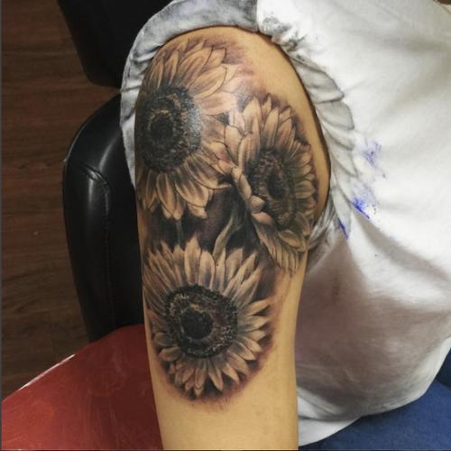 Black and grey sunflowers #blackandgrey #sunflower #sunflowers #flowers #ny #bronx #zeustattoos