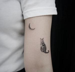 Minimalism cat tattoo by Youyeon #illustration #doodle #koreatattoo #tattoowork #cattattoo #minimalism