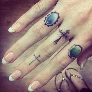 #fingertattoo #fingertattoos #gemtattoo #callyjo