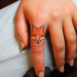 #fingertatoo #knuckletattoo #handtattoo #fox #animal #tinytattoo