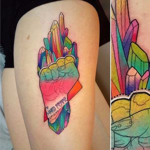 Se liga nesse degradê #KatieShocrylas #kshocs #tatuagemcolorida #colorfultattoo #gringa #degrade #hand #mao #hardfemme #cristais #crystals